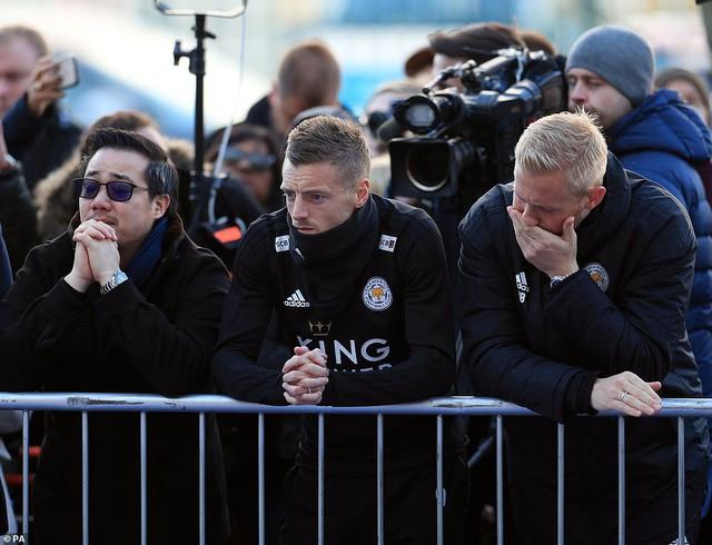 Dàn sao Leicester City bật khóc tức tưởi, tiễn đưa chủ tịch Vichai Srivaddhanaprabha - Ảnh 1.
