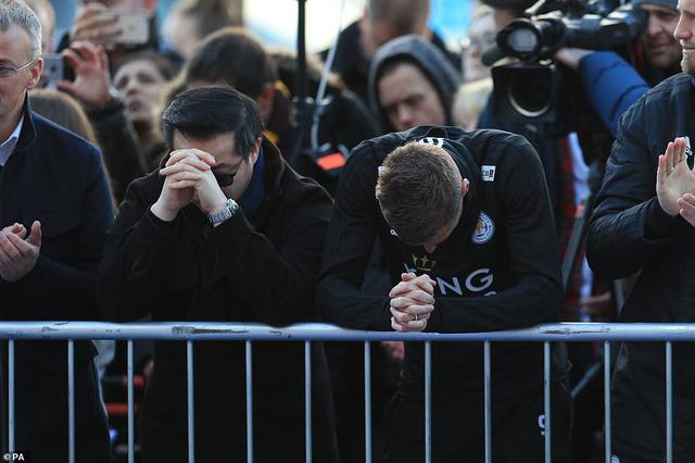 Dàn sao Leicester City bật khóc tức tưởi, tiễn đưa chủ tịch Vichai Srivaddhanaprabha - Ảnh 2.