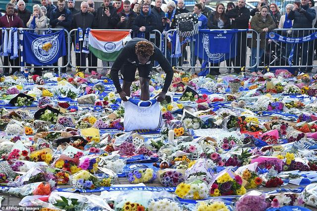 Dàn sao Leicester City bật khóc tức tưởi, tiễn đưa chủ tịch Vichai Srivaddhanaprabha - Ảnh 8.