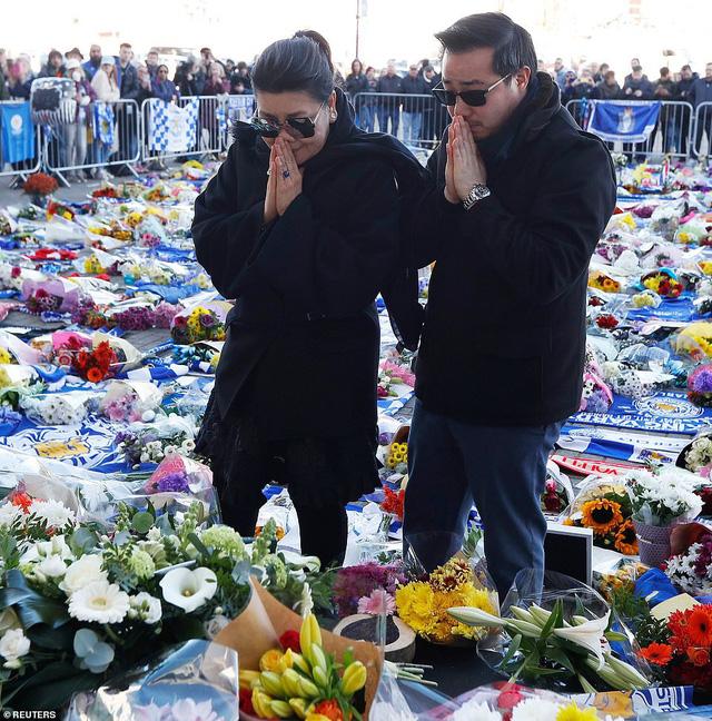 Dàn sao Leicester City bật khóc tức tưởi, tiễn đưa chủ tịch Vichai Srivaddhanaprabha - Ảnh 9.