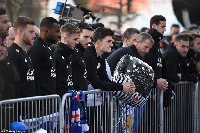 Dàn sao Leicester City bật khóc tức tưởi, tiễn đưa chủ tịch Vichai Srivaddhanaprabha - Ảnh 3.