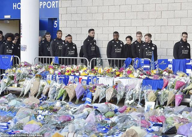 Dàn sao Leicester City bật khóc tức tưởi, tiễn đưa chủ tịch Vichai Srivaddhanaprabha - Ảnh 4.