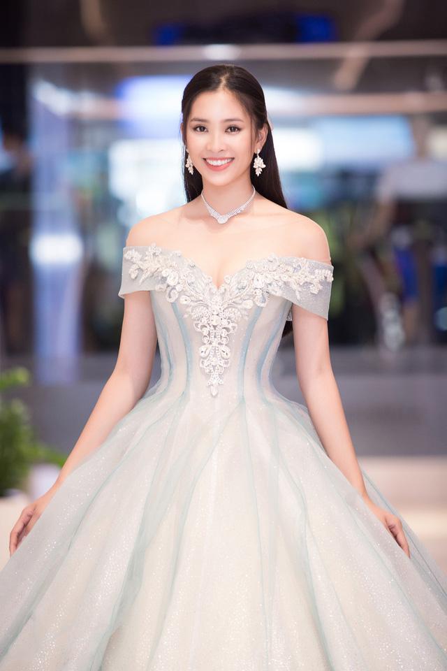 Hoa hậu Tiểu Vy hóa công chúa Disney khoe nhan sắc tuổi 18 yêu kiều - Ảnh 1.