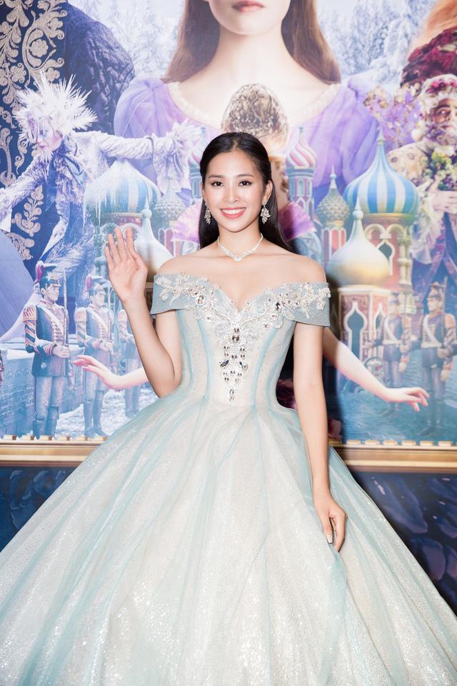 Hoa hậu Tiểu Vy hóa công chúa Disney khoe nhan sắc tuổi 18 yêu kiều - Ảnh 2.