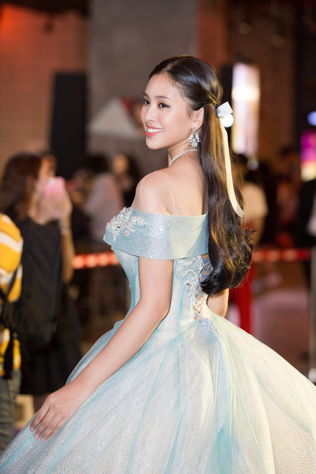 Hoa hậu Tiểu Vy hóa công chúa Disney khoe nhan sắc tuổi 18 yêu kiều - Ảnh 4.