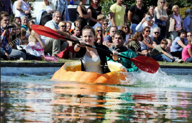 Vui nhộn cuộc thi chèo thuyền bí ngô tại Đức - Ảnh 3.