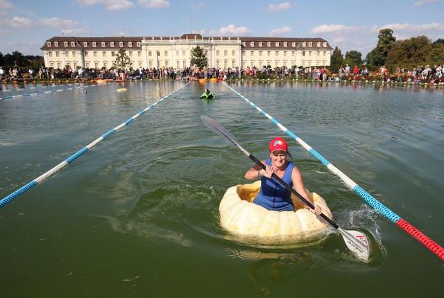 Vui nhộn cuộc thi chèo thuyền bí ngô tại Đức - Ảnh 4.