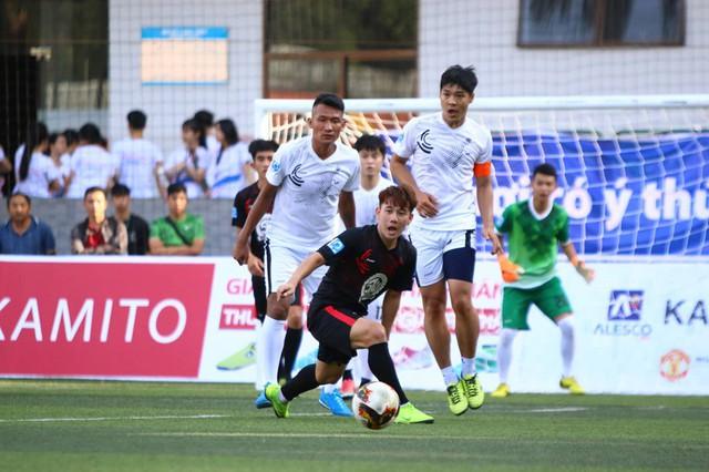 Minh Vương trổ tài sút phạt điệu nghệ tại giải bóng đá phủi - Ảnh 1.