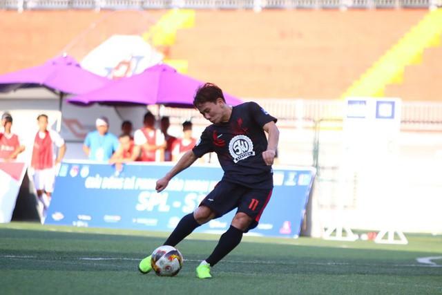 Minh Vương trổ tài sút phạt điệu nghệ tại giải bóng đá phủi - Ảnh 2.