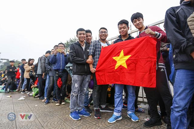 Hàng nghìn người chen nhau mua vé xem trận ĐT Việt Nam - ĐT Malaysia - Ảnh 1.