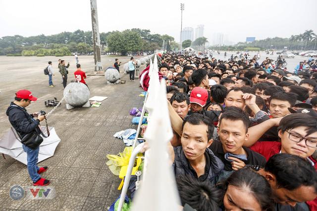 Hàng nghìn người chen nhau mua vé xem trận ĐT Việt Nam - ĐT Malaysia - Ảnh 12.