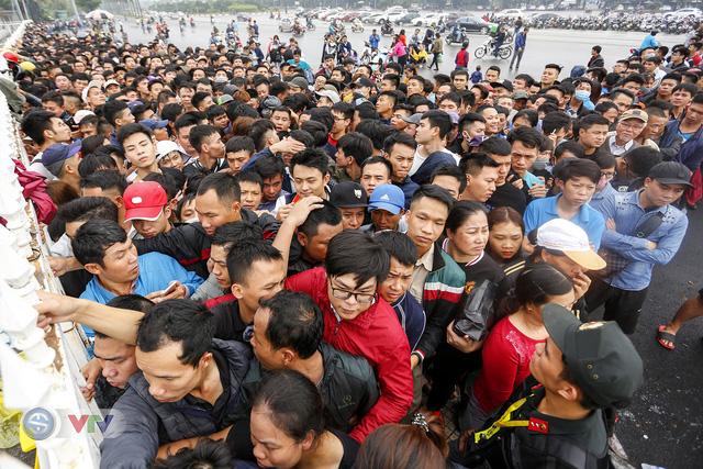 Hàng nghìn người chen nhau mua vé xem trận ĐT Việt Nam - ĐT Malaysia - Ảnh 5.