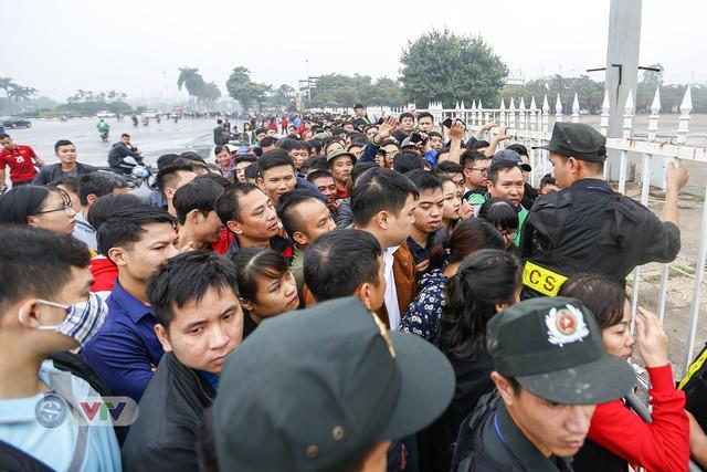 Hàng nghìn người chen nhau mua vé xem trận ĐT Việt Nam - ĐT Malaysia - Ảnh 7.