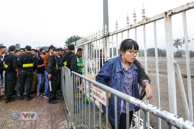 Hàng nghìn người chen nhau mua vé xem trận ĐT Việt Nam - ĐT Malaysia - Ảnh 10.