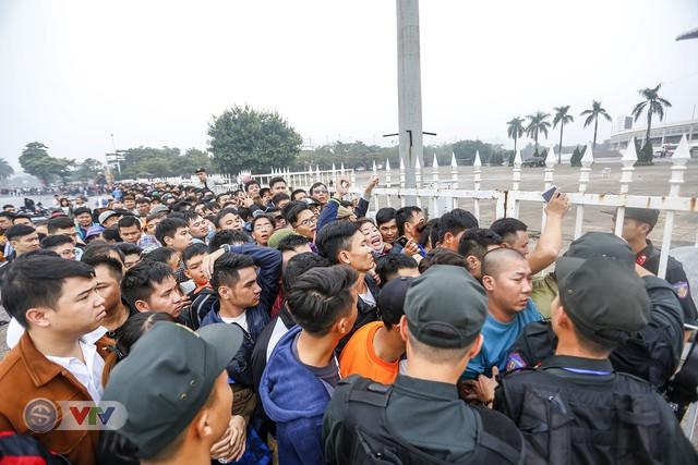Hàng nghìn người chen nhau mua vé xem trận ĐT Việt Nam - ĐT Malaysia - Ảnh 4.