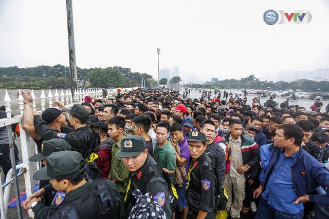 Hàng nghìn người chen nhau mua vé xem trận ĐT Việt Nam - ĐT Malaysia - Ảnh 3.