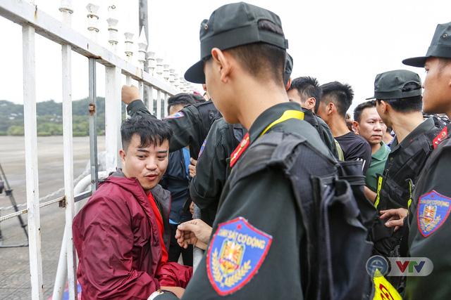 Hàng nghìn người chen nhau mua vé xem trận ĐT Việt Nam - ĐT Malaysia - Ảnh 9.