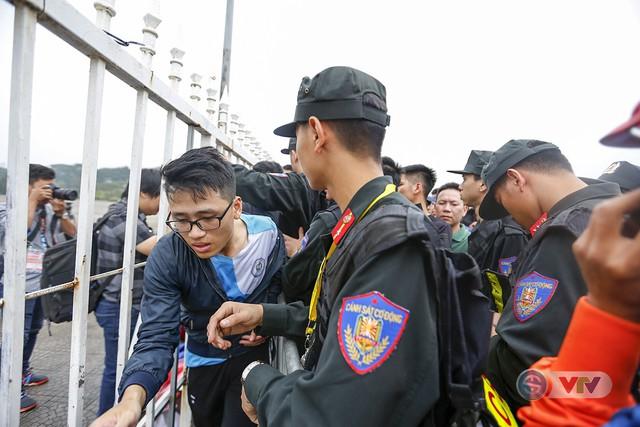 Hàng nghìn người chen nhau mua vé xem trận ĐT Việt Nam - ĐT Malaysia - Ảnh 8.
