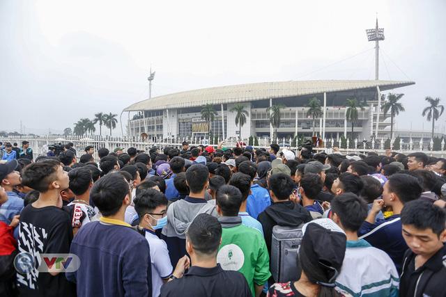 Hàng nghìn người chen nhau mua vé xem trận ĐT Việt Nam - ĐT Malaysia - Ảnh 2.