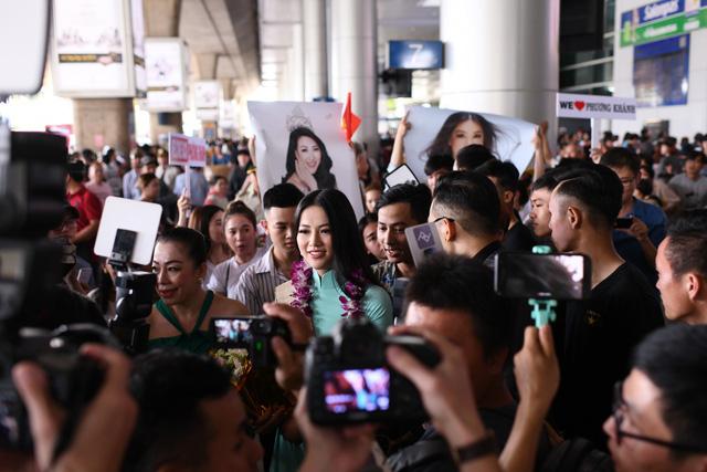 Nguyễn Phương Khánh giản dị trở về nước sau khi đăng quang Hoa hậu Trái đất - Miss Earth 2018 - Ảnh 5.
