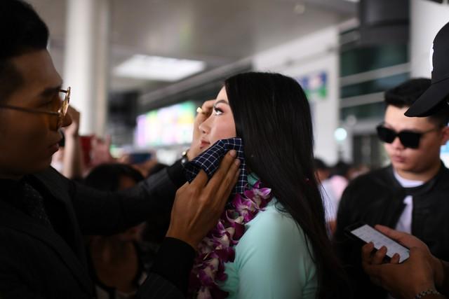 Nguyễn Phương Khánh giản dị trở về nước sau khi đăng quang Hoa hậu Trái đất - Miss Earth 2018 - Ảnh 4.