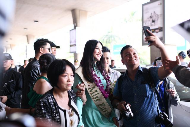 Nguyễn Phương Khánh giản dị trở về nước sau khi đăng quang Hoa hậu Trái đất - Miss Earth 2018 - Ảnh 7.