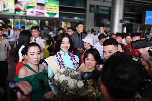 Nguyễn Phương Khánh giản dị trở về nước sau khi đăng quang Hoa hậu Trái đất - Miss Earth 2018 - Ảnh 6.