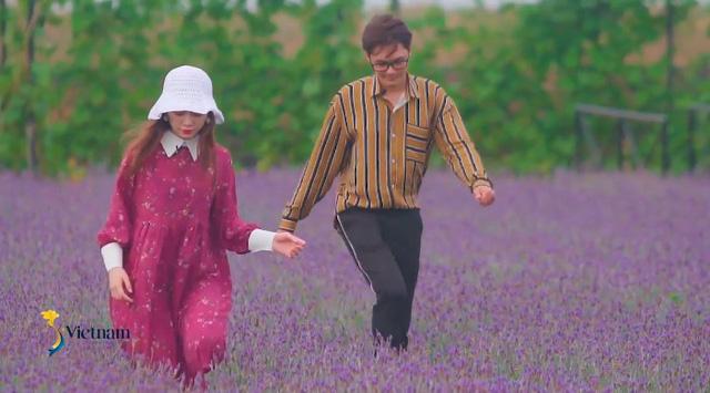 Cùng Đào của Quỳnh búp bê check in cánh đồng hoa oải hương gây sốt ở Đà Lạt - Ảnh 2.