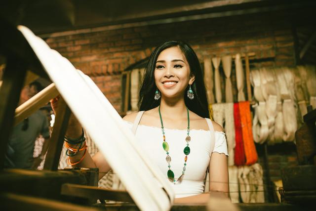 Hoa hậu Tiểu Vy mang món quà Hội An đến Miss World 2018 - Ảnh 8.