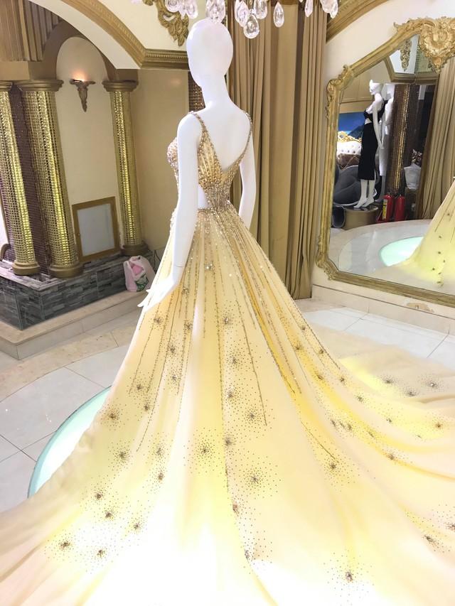 Hé lộ chiếc đầm Nguyễn Phương Khánh mặc trong đêm Chung kết Miss Earth 2018 - Ảnh 1.