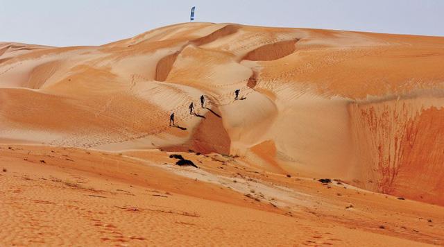 Hàng trăm vận động viên tham gia cuộc đua marathon trên sa mạc - Ảnh 2.