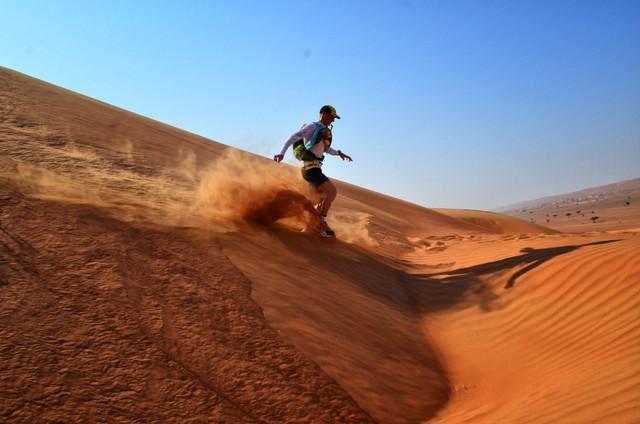 Hàng trăm vận động viên tham gia cuộc đua marathon trên sa mạc - Ảnh 4.
