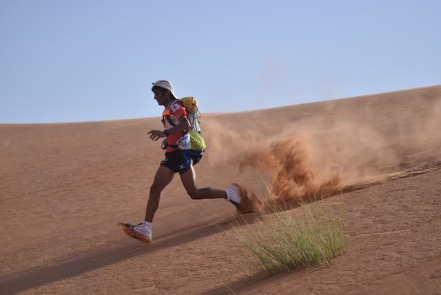 Hàng trăm vận động viên tham gia cuộc đua marathon trên sa mạc - Ảnh 1.
