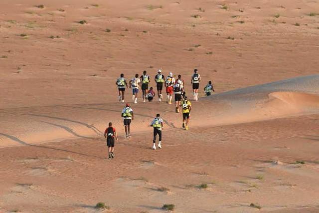 Hàng trăm vận động viên tham gia cuộc đua marathon trên sa mạc - Ảnh 3.
