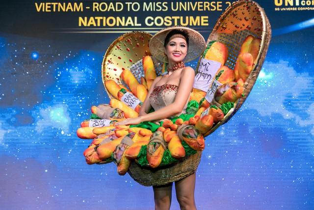 Cận cảnh HHen Niê diện trang phục bánh mì tới Miss Universe - Ảnh 6.