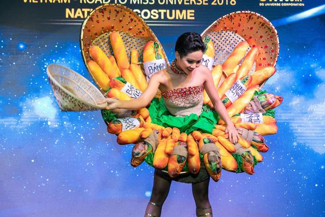 Cận cảnh HHen Niê diện trang phục bánh mì tới Miss Universe - Ảnh 2.