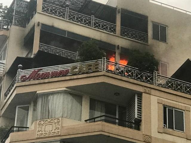 Giải cứu 26 người mắc kẹt trong vụ cháy khách sạn ở Hàng Than - Ảnh 1.