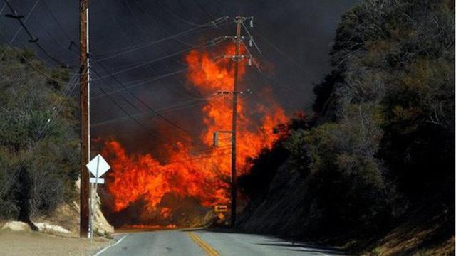 Kim Kardashian và Kanye West tặng 100.000 USD cho lính cứu hỏa thoát chết trong vụ cháy rừng ở California - Ảnh 1.