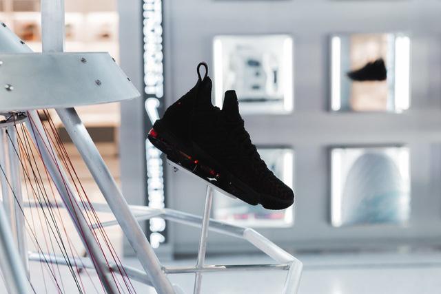 Choáng ngợp với bộ sưu tập giày Nike bán chạy nhất mọi thời đại - Ảnh 2.