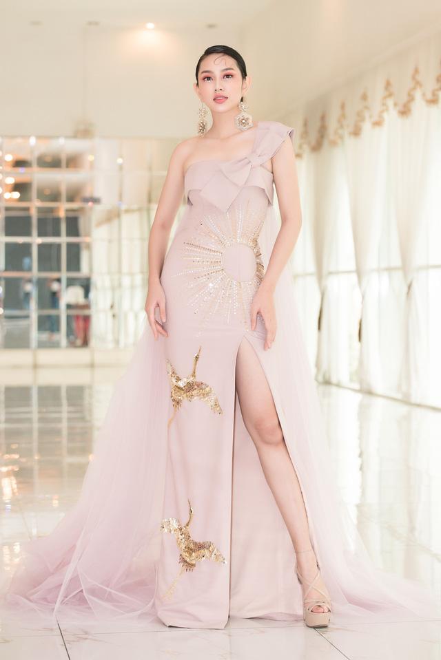 Trở về từ Miss International 2018, Thùy Tiên đầy ngọt ngào làm vedette - Ảnh 5.