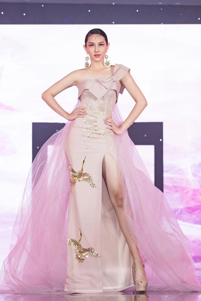Trở về từ Miss International 2018, Thùy Tiên đầy ngọt ngào làm vedette - Ảnh 1.