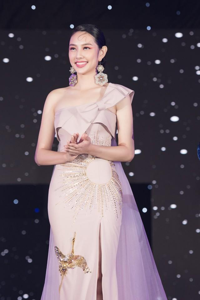 Trở về từ Miss International 2018, Thùy Tiên đầy ngọt ngào làm vedette - Ảnh 2.