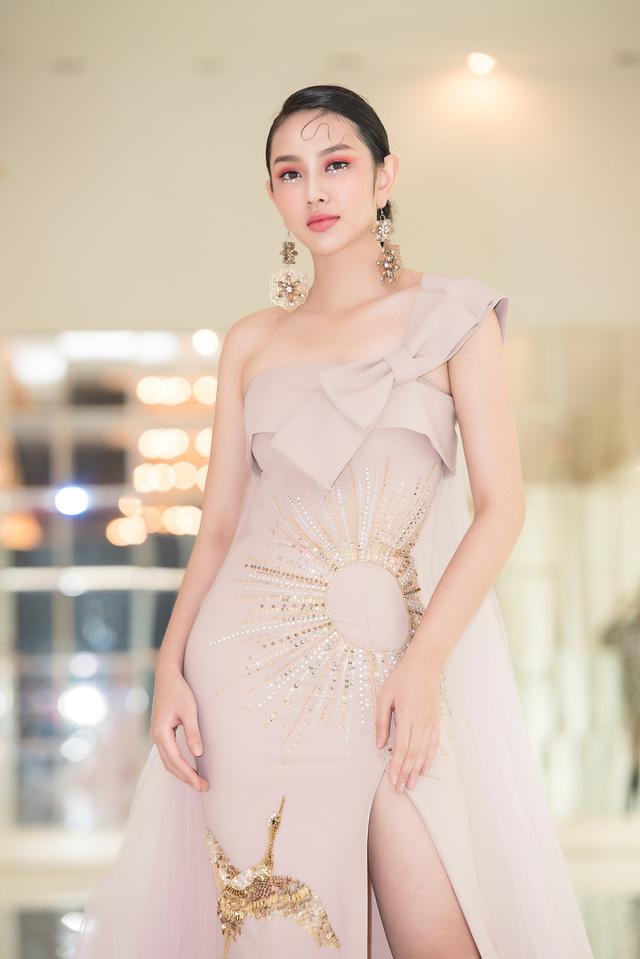 Trở về từ Miss International 2018, Thùy Tiên đầy ngọt ngào làm vedette - Ảnh 4.