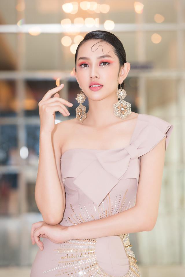 Trở về từ Miss International 2018, Thùy Tiên đầy ngọt ngào làm vedette - Ảnh 3.