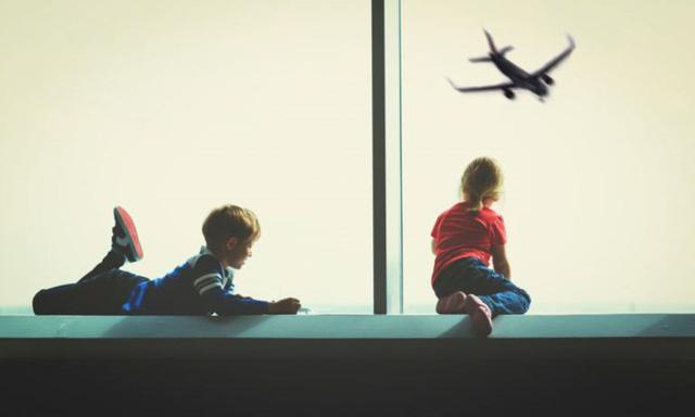 Kinh nghiệm khi đi máy bay với trẻ nhỏ giúp giảm căng thẳng - Ảnh 1.