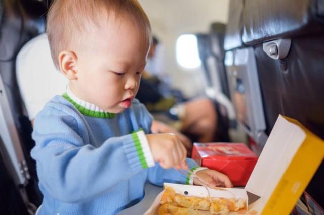 Kinh nghiệm khi đi máy bay với trẻ nhỏ giúp giảm căng thẳng - Ảnh 4.