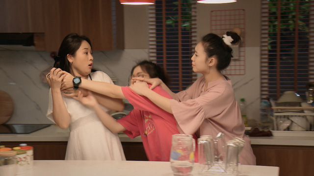 Mẹ ơi, bố đâu rồi? - Tập 14: Ly (Quỳnh Kool) phấn khích quá đà khi gặp Hoa hậu Đỗ Mỹ Linh - Ảnh 8.