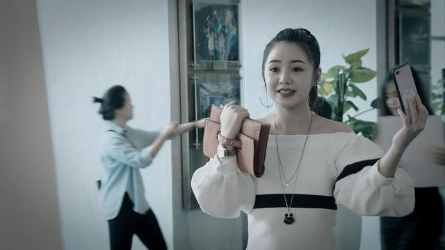 Mẹ ơi, bố đâu rồi? - Tập 14: Ly (Quỳnh Kool) phấn khích quá đà khi gặp Hoa hậu Đỗ Mỹ Linh - Ảnh 7.