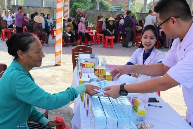 Hà Tĩnh: 1.000 người dân được khám, cấp thuốc miễn phí và lập hồ sơ sức khỏe - Ảnh 3.