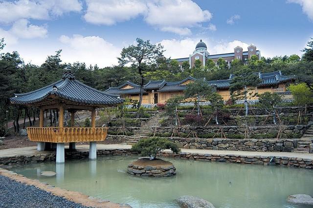 Chiêm ngưỡng ngôi trường xuất hiện trong hơn 100 bộ phim Hàn Quốc - Ảnh 2.